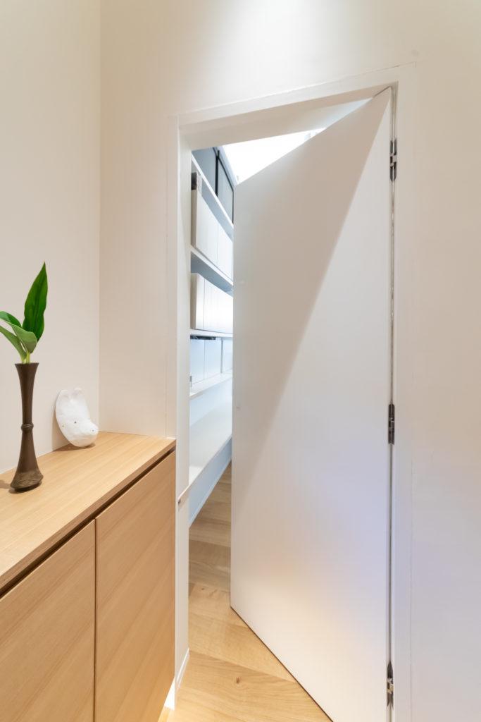 玄関を開けると現れる扉は、夫の仕事場への入り口。目立たない取っ手を選んであえてプレーンに。