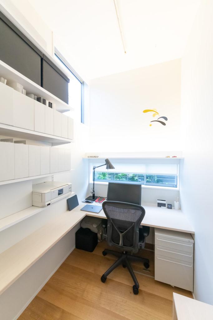 天井高と開口からの光で狭さを解消した仕事部屋。無印良品のファイルケースに合わせて棚を造作。