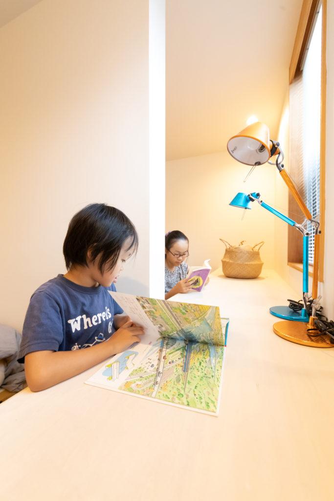 2部屋並んで設計されている子ども部屋は、造作の机の間をあえてオープンに。いずれは仕切って使うことも可能。