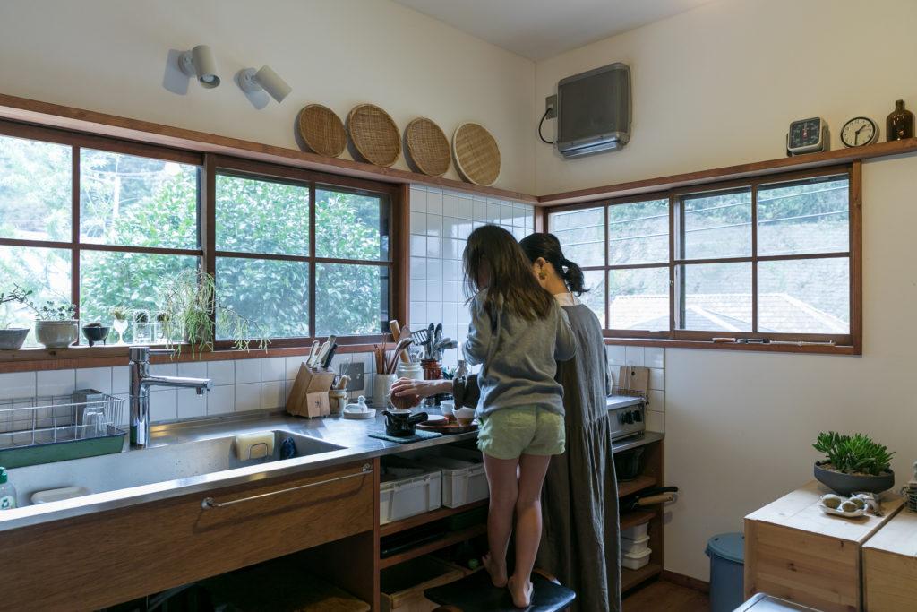 「キッチンの白いタイルは、宮田さんに昭和っぽくなりすぎるかもと心配されたのですが、おばあちゃんちのような台所を目指していたので狙い通りに仕上がりました(笑)」