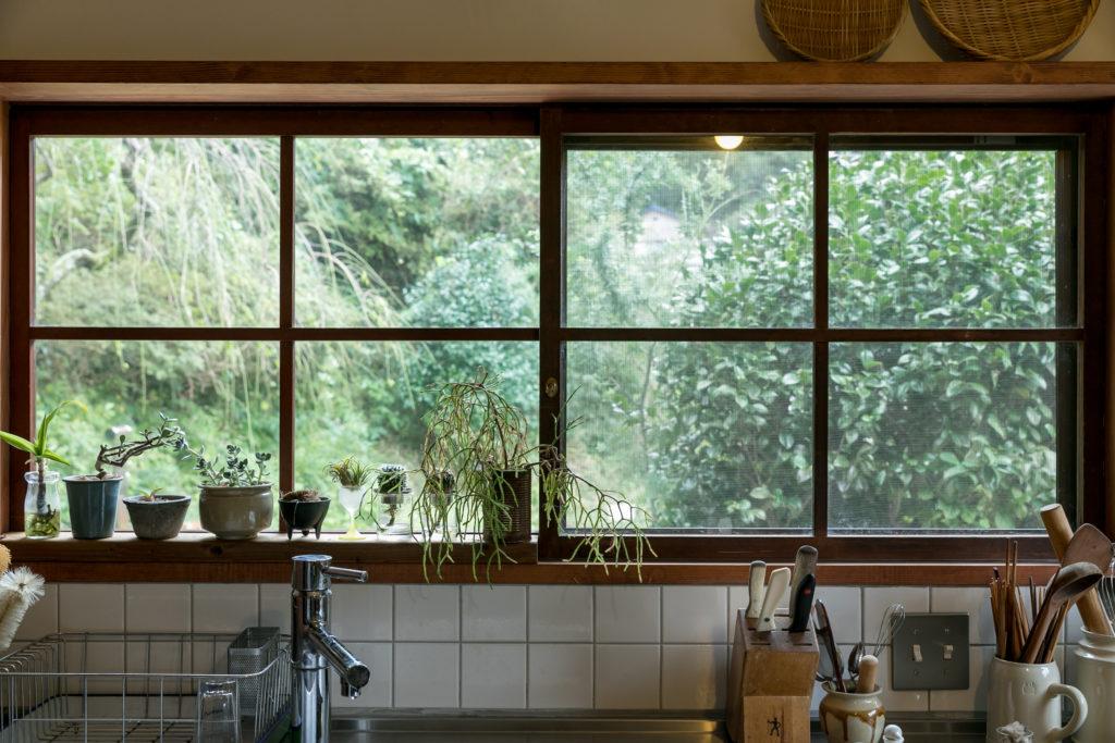 明るく眺めのいいキッチン。濵さんのお宅は目の前に一面の緑が広がり、周囲からの視線はまったく気にならない。