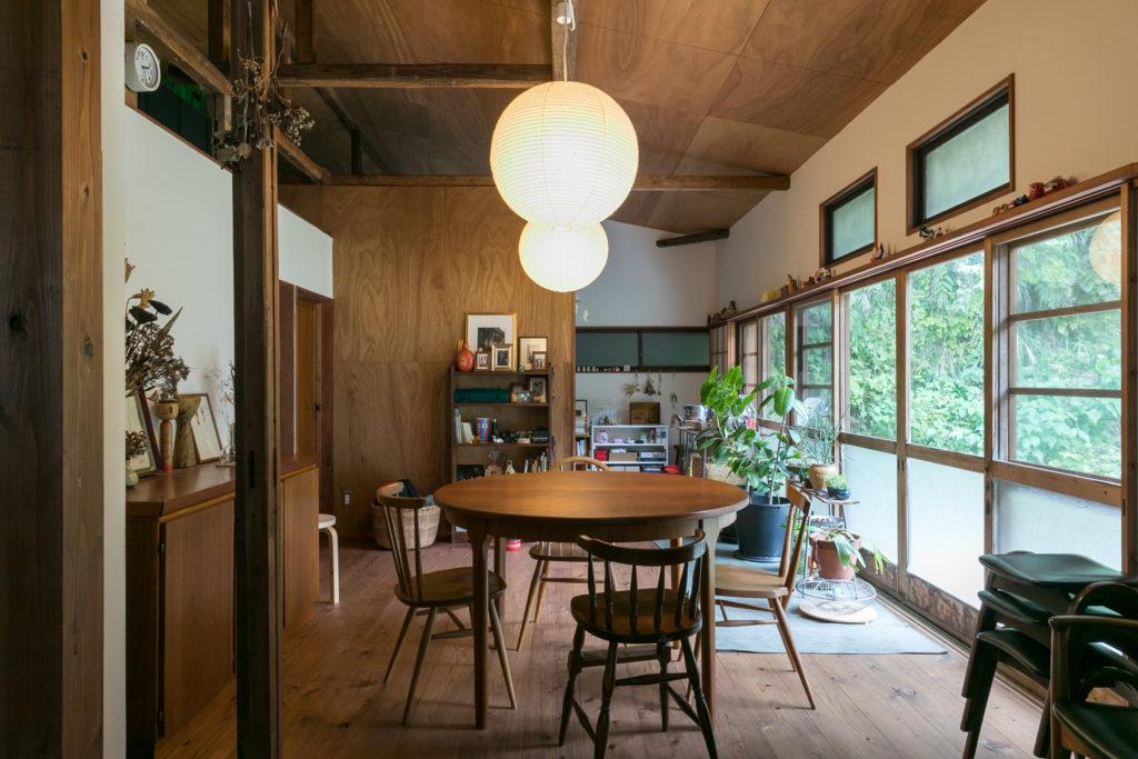 「天井ははがして状態を見てから、ラワン合板を貼ることに決めました。耐震補強のため、新しい柱や壁も追加しています」。テーブルの上のライトはイサムノグチ。正面奥が子ども部屋。