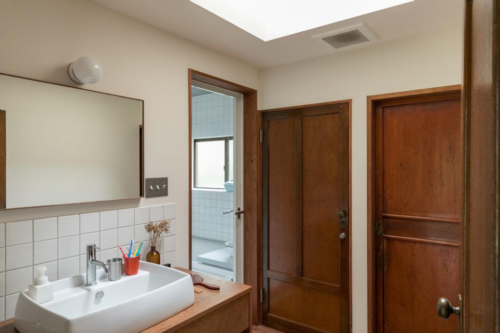 洗面所は天窓をつけたので気持ちのいい明るさ。建具はネットオークションで。