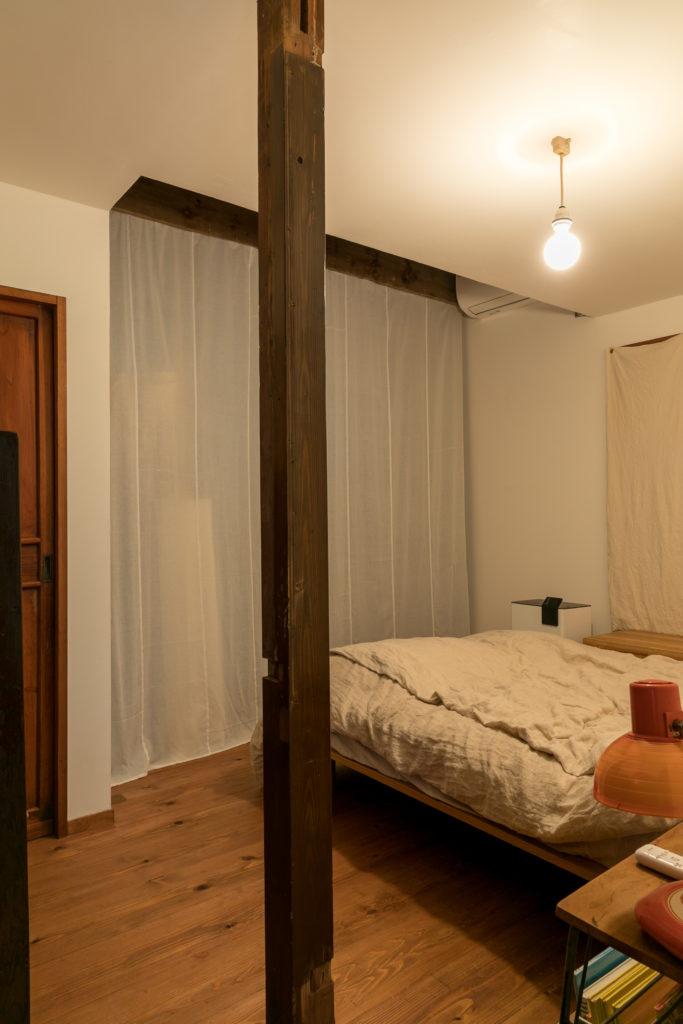 寝室とウォークインクローゼットを仕切っているカーテンは、なんと布オムツをはいで作ったのだそう。透け感が美しい!