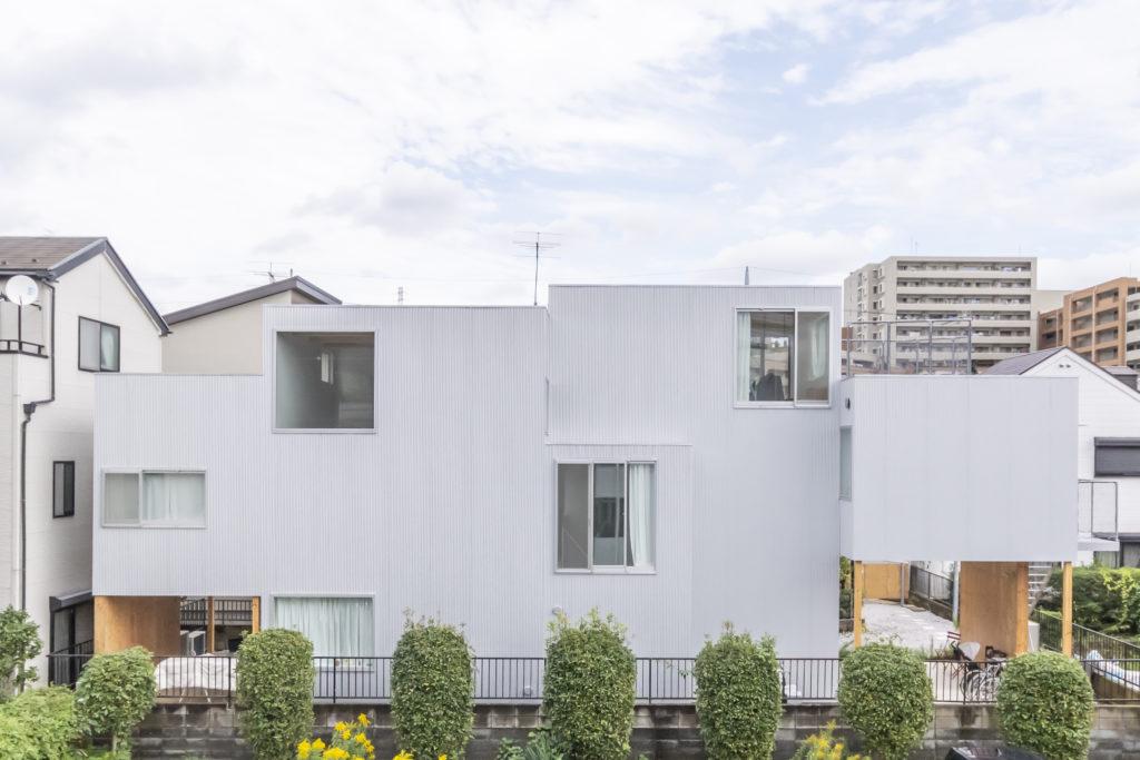 2階右端と1階左端が賃貸部分。外壁は小波のガルバリウム。箱がずれたような構成になっているが、それをあまり強調したくなかったため、全体として大きな一軒の家のような連続性を感じさせる素材ということで選択された。