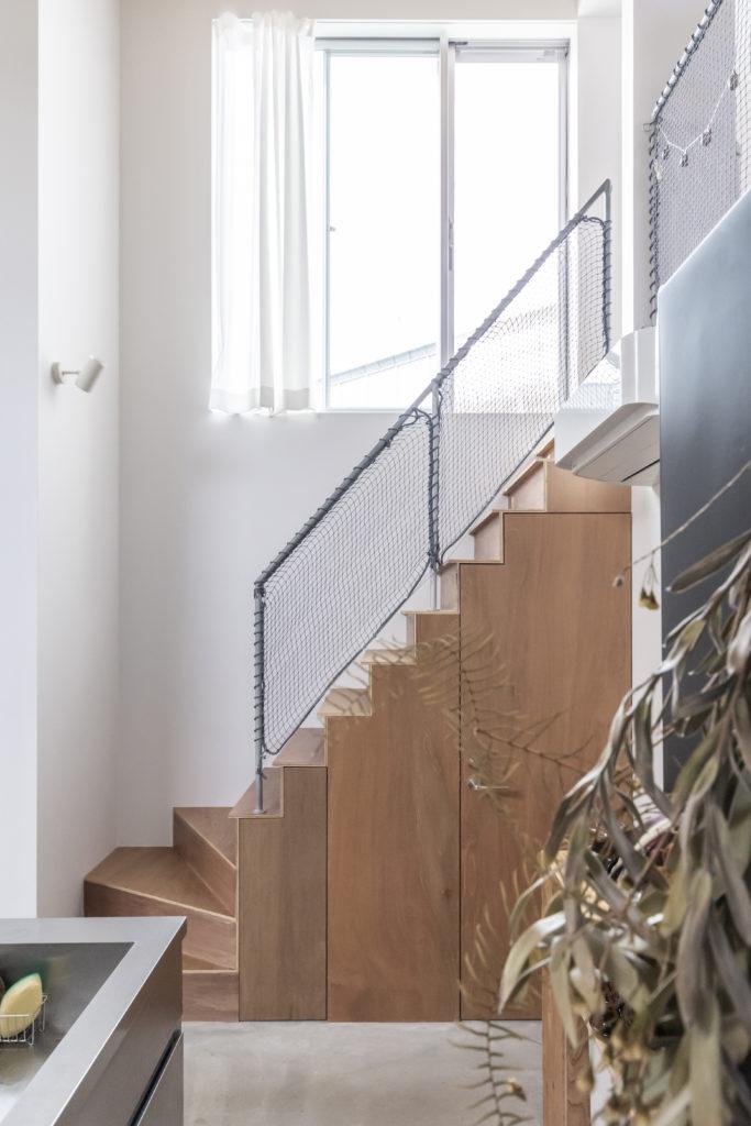 キッチンから2階へと上る階段を見る。