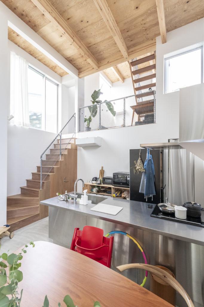 ダイニングテーブルからの眺め。階段と2階部分の手すりにはさび止め効果のある常温亜鉛めっきが施されている。