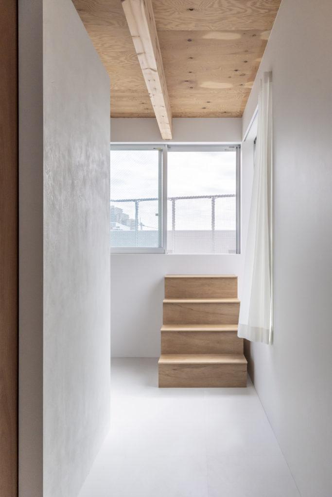 階段を上った先にはテラスがある。「いずれ、バーベキューパーティとかできたらいいなと思ってます」(笹沼さん)。