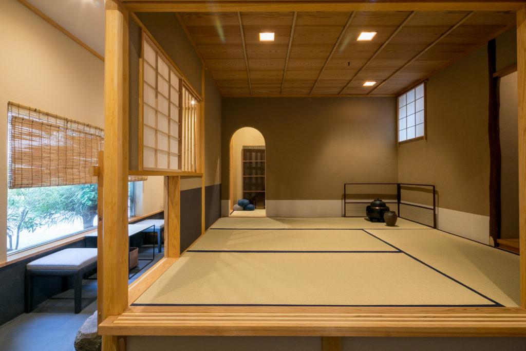 1階が店舗。4畳半の茶室を、テーブル席のある土間がL字型に囲むという配置。