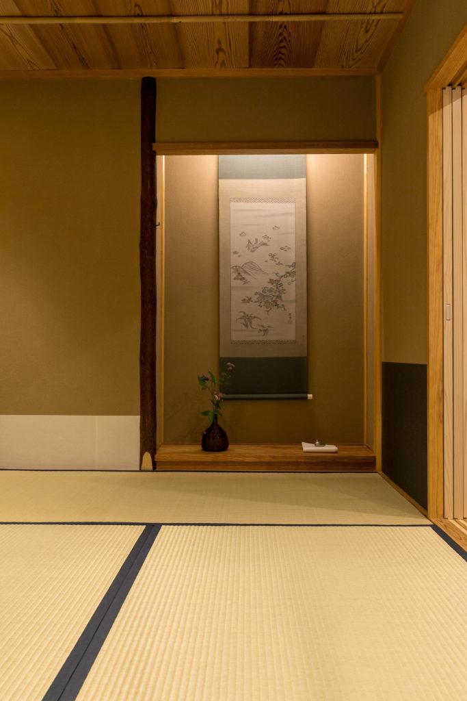 床の間には知人から譲り受けた「花月織」の軸や、鳥の形の香合が。季節ごとのしつらえも、訪れる人の目を楽しませる。