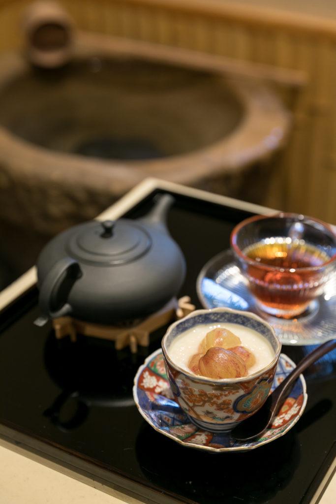 熊本産の和紅茶と、米麹100%・砂糖不使用の甘麹「米の花」。発酵マイスター市村和美さんの手作りで、旬の果物とともに味わうお店の人気スイーツ。