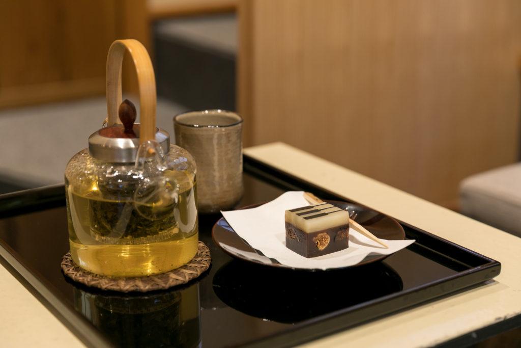 徳島県の阿波晩茶と湯布院の「ジャズ羊羹classic」。その時々に塚田さんが選んだおいしいお菓子がメニューに。