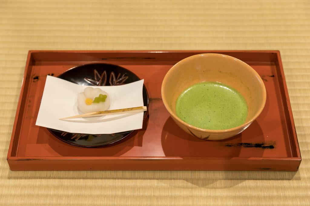 茶室の畳の上で、お抹茶と上生菓子を気軽に楽しむことができるのも魅力。写真のセットで1300円(税込)。