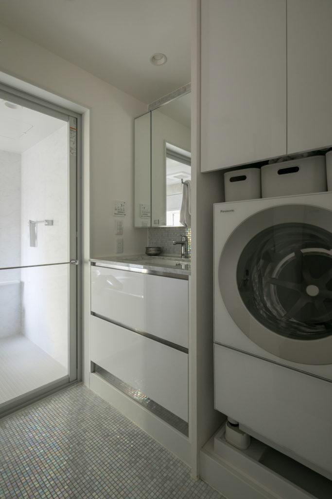 洗面室はシンプルなつくりながら、床のタイルにこだわりが光る。