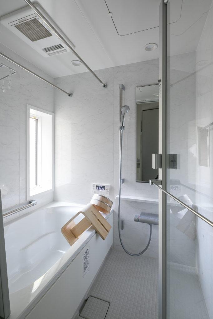 明るくて清潔感のある浴室。