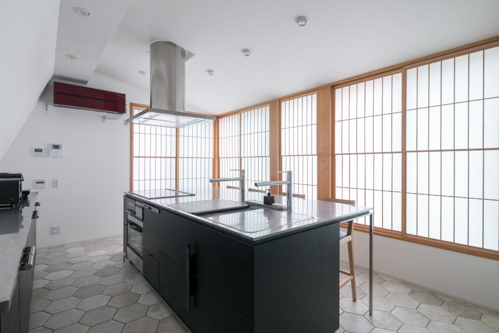 3階のダイニングキッチン。スタイリッシュなキッチンと床のヘキサゴンタイル、障子が絶妙な組み合わせ。