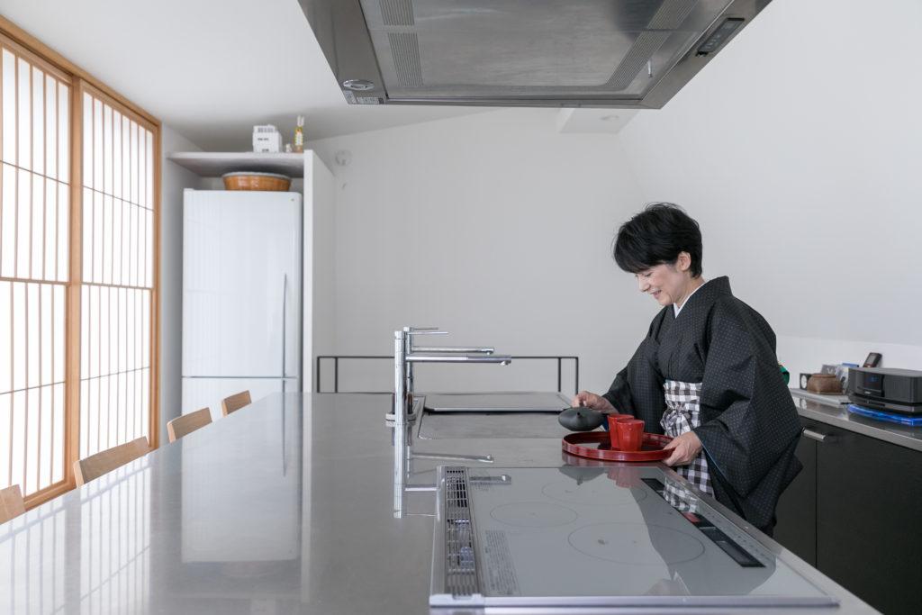 大きなキッチンは、ふだんの食事だけでなく、お客様を招いたワークショップやデモンストレーションの場としても活用。