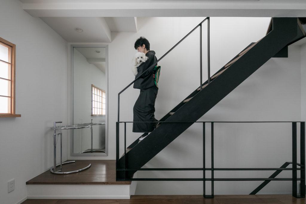 圧迫感のない軽やかな印象の階段。