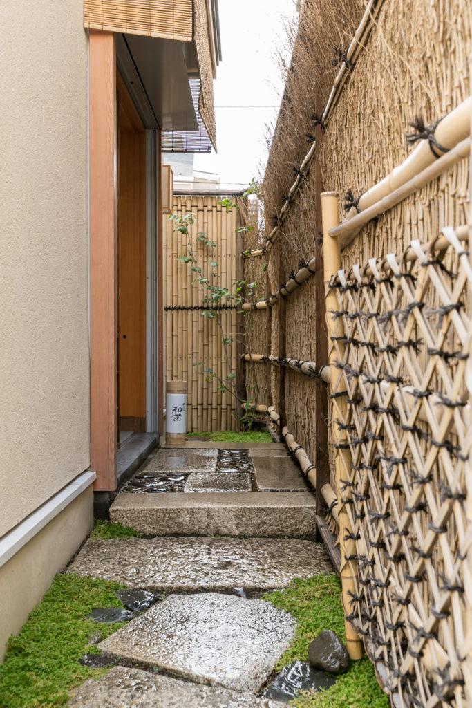 敷石や竹垣などに和の趣が漂う「神楽坂 和茶」へのアプローチ。