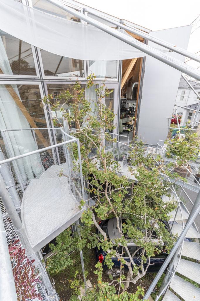 階段がぐるりと円弧を描いて最上層のテラスへと至る。