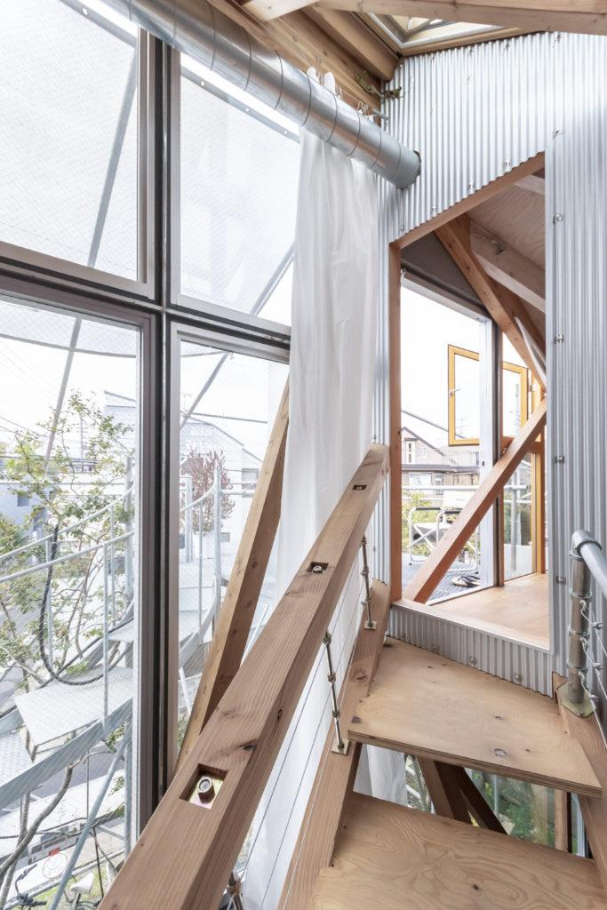 """室内に""""外部""""が入ってくるような感覚をつくり出すべく、主寝室の壁に外壁と同じガルバリウム鋼板を使用した。"""