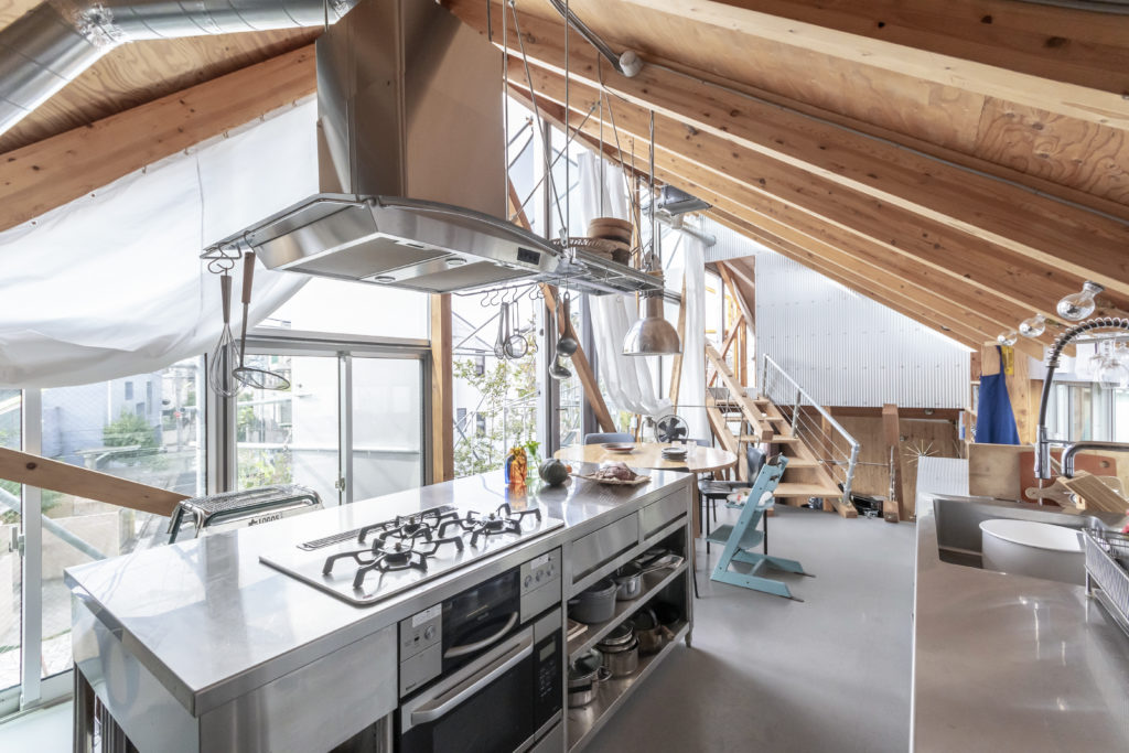 外を見ながら料理ができるキッチン。この配置は家族皆で料理ができるようにするためのものでもあった。