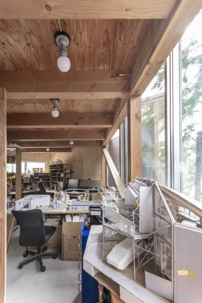 半地下につくられた紗子さんの事務所。手前は設計途中につくられたこの家の模型。