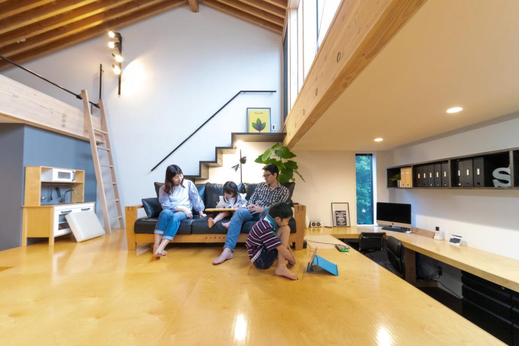 """切妻の屋根なりの天井が開放感をアップ。ルーフテラスに続く""""リビング階段""""は奥さまのリクエスト。"""
