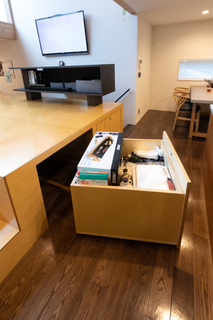 キッチン側に大きめの引き出しが2つ。頻繁に使用するものを中心に収納している。一時保管場所としても便利。