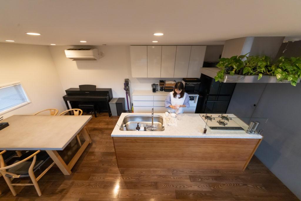 『クッチーナ』のキッチンと横並びに配したダイニング。テーブルはコンクリート製をセレクト。「けっこう無機質なものが好きなんです」(奥さま)