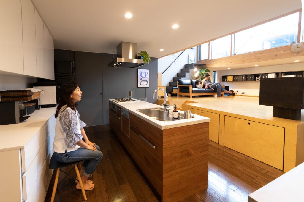 キッチンに立つと、目の前に大開口が広がる。「料理の合間に椅子に座り、ボーッと空を眺めていることもありますね」(奥さま)