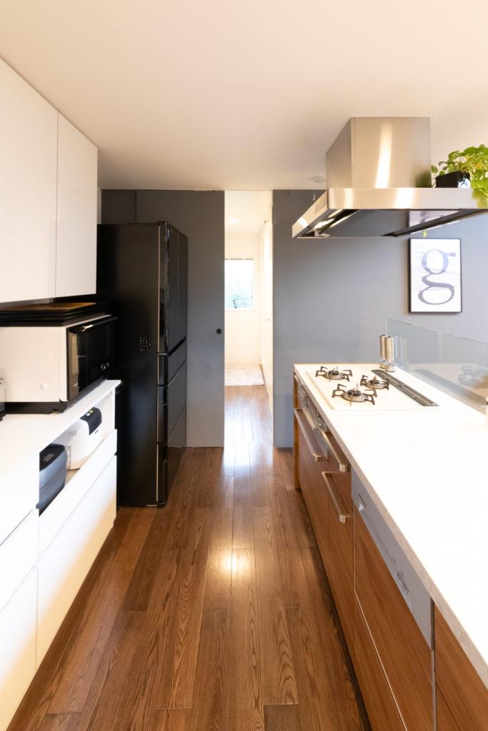 キッチンの奥がサニタリールーム。家事動線を考え、水回りをつなげた。