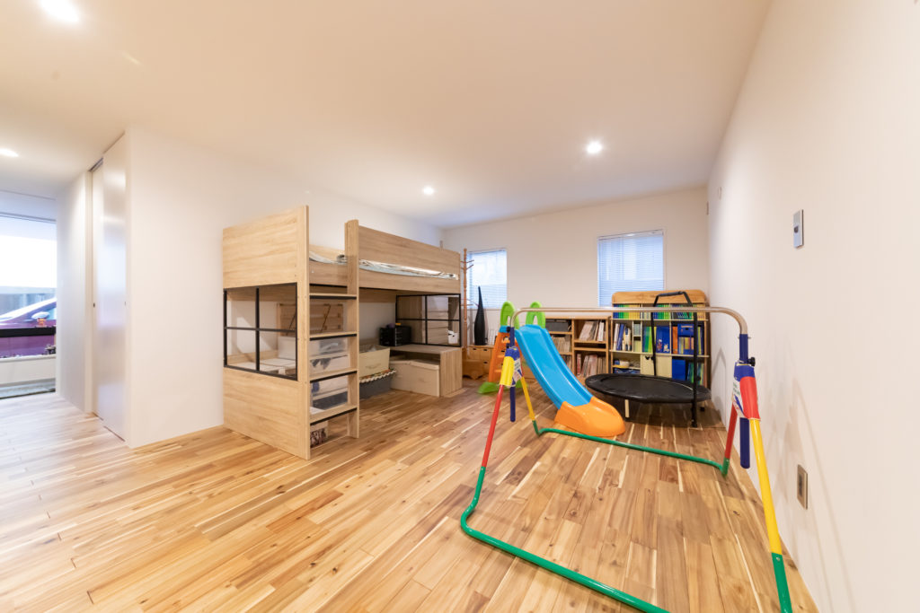1階の玄関奥は、家族の寝室とプレイルームがある。子どもの成長に合わせて部屋を分ける予定。