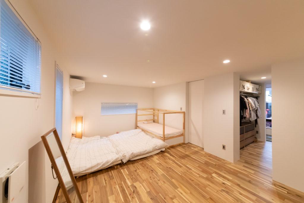 玄関からウォークインクローゼットあるいは書斎を通って奥の部屋へ。1階は回遊できる設計に。