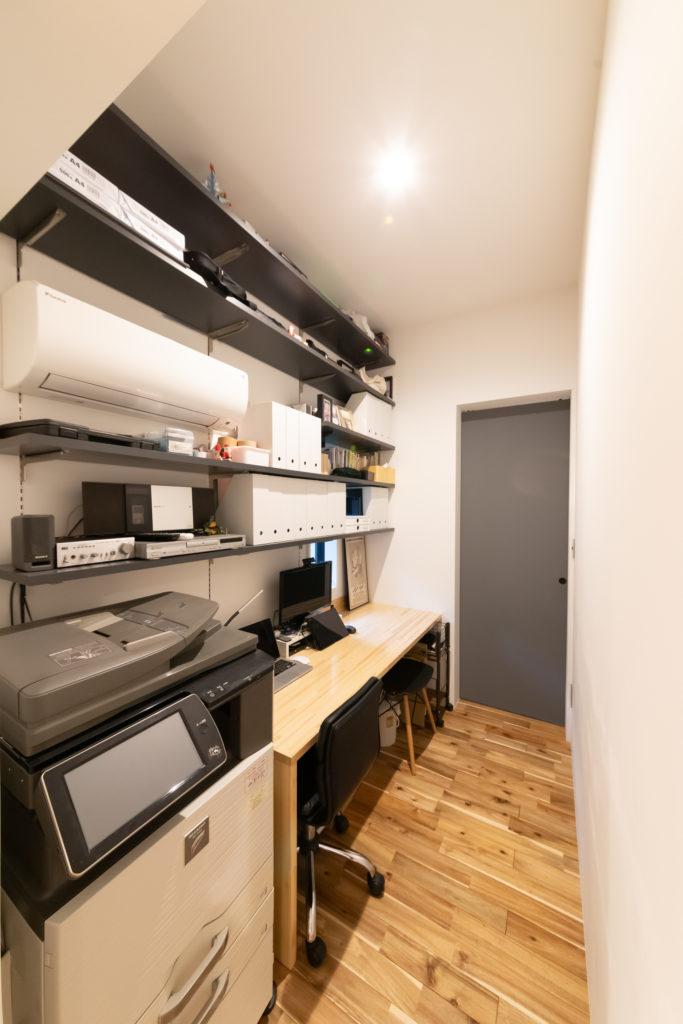 コピー機等を置いた、1階の書斎。玄関から寝室への通路にもなっている。ほとんど2階で仕事をするが、家族がいる時間にスカイプでの打ち合わせが入ったときなど使用。