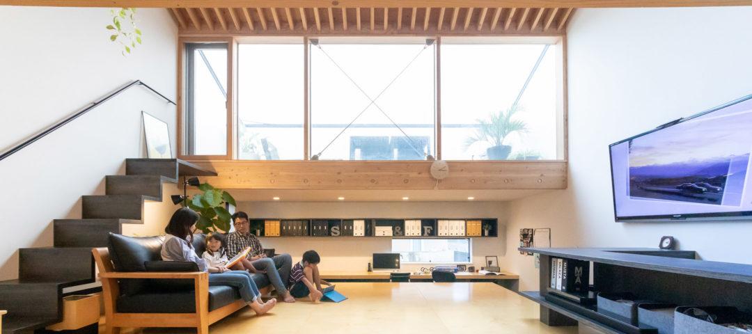 家族がほどよくつながる 多目的な高床と空庭をもつ 職住一体の住まい