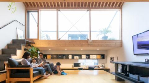 家族がほどよくつながる多目的な高床と空庭をもつ職住一体の住まい