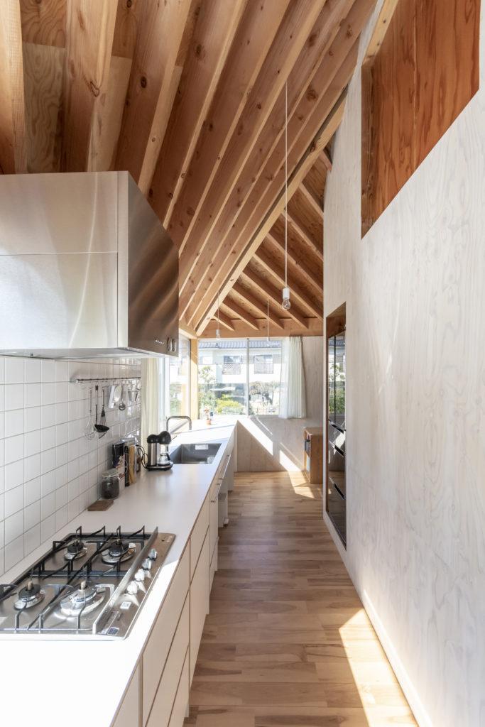 建物の1辺の端から端までキッチンの天板が延びる。気持ちよく料理ができるだけでなく、そのほかの用途にも使用できて便利だ。