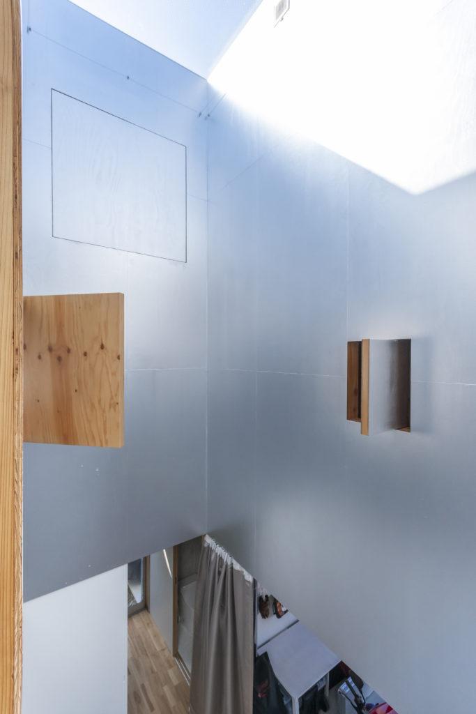 ダイニング側から階段室を見る。右の小さな開口はトイレのもの。