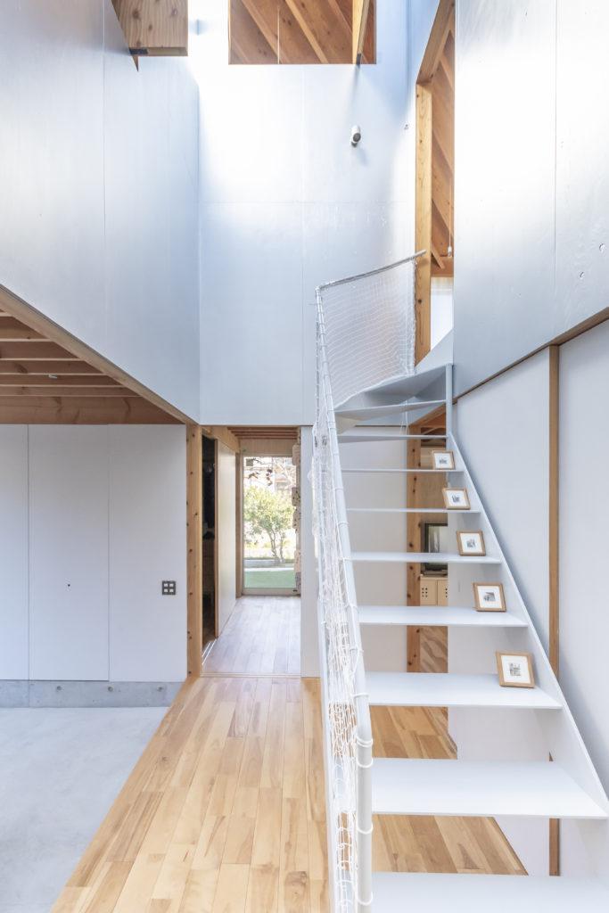 階段室から見る。左が玄関。トップライトからの光で1階の中心部分も十分に明るい。