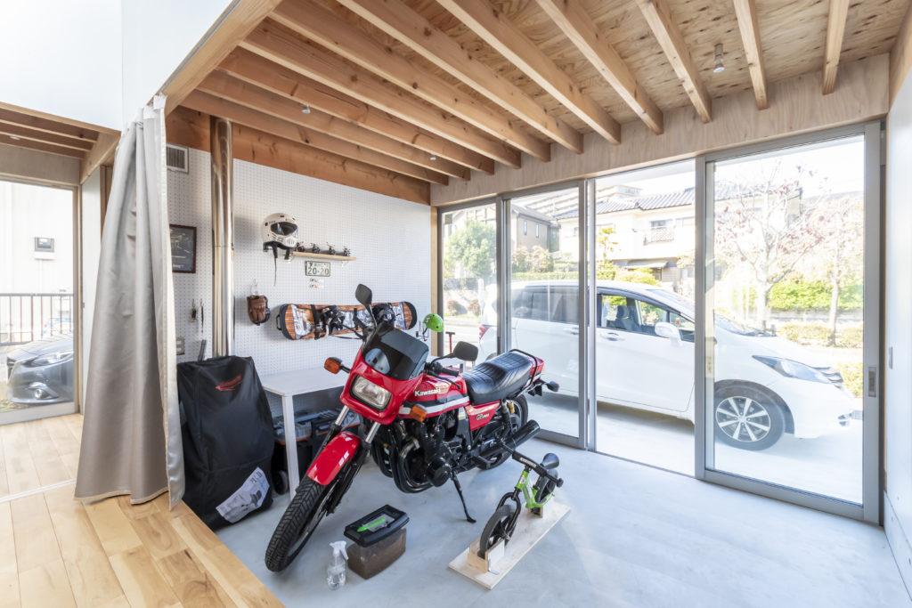 バイクが玄関内部に置かれているため、家の中で手入れができまた盗難の心配もない。