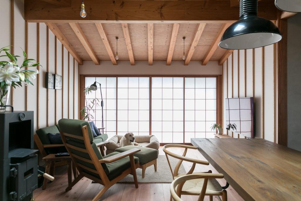 障子越しの柔らかな光が美しい。リノベーションを得意とする宮田一彦さんが手掛ける新築物件は、構造体をなるべく見せるように設計されている。ソファとダイニングチェアはハンス・ウェグナー。ぶ厚い天板のガッシリとしたダイニングテーブルはTRUCK FURNITURE。