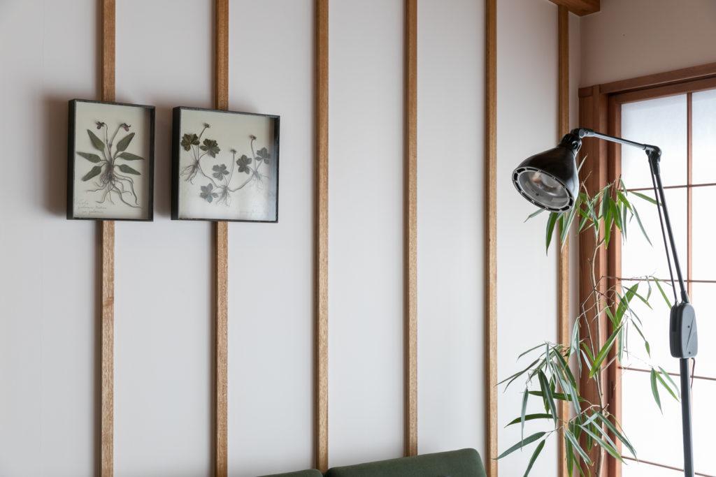 等間隔の壁の間柱が美しい。間柱にかけた額装は、モリソン小林の彫刻作品。