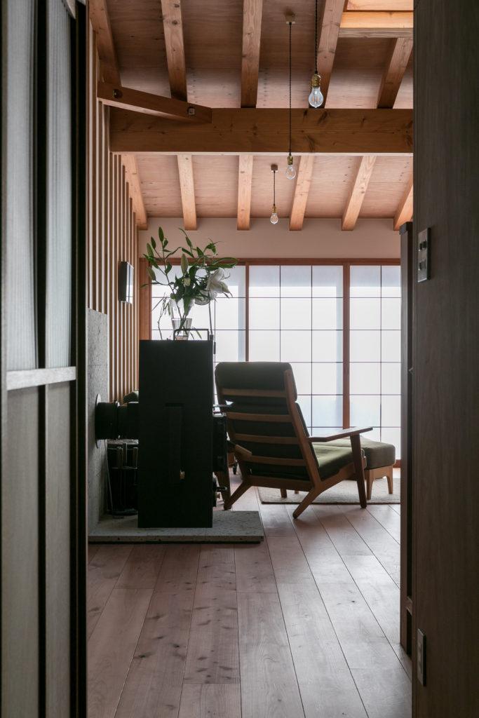 天井や壁のリズミカルな構造体が美しい。手前は薪も使えるペレットストーブ。「311の際の鎌倉の計画停電を経験し、なるべく電気に頼らない自然エネルギーで暖をとれるようにしておきたいと思いました」