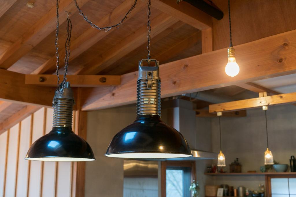 ダイニングテーブルの上のアンティークの照明は、フィリップス社のインダストリアルなランプシェード。