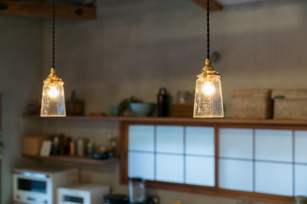 ガラス作家の安土草多のランプシェード。「若い作家さんの作品です。以前から気になっていたのですが、照明器具を探していた時にちょうど鎌倉で展示会をしていて、縁を感じて購入しました」