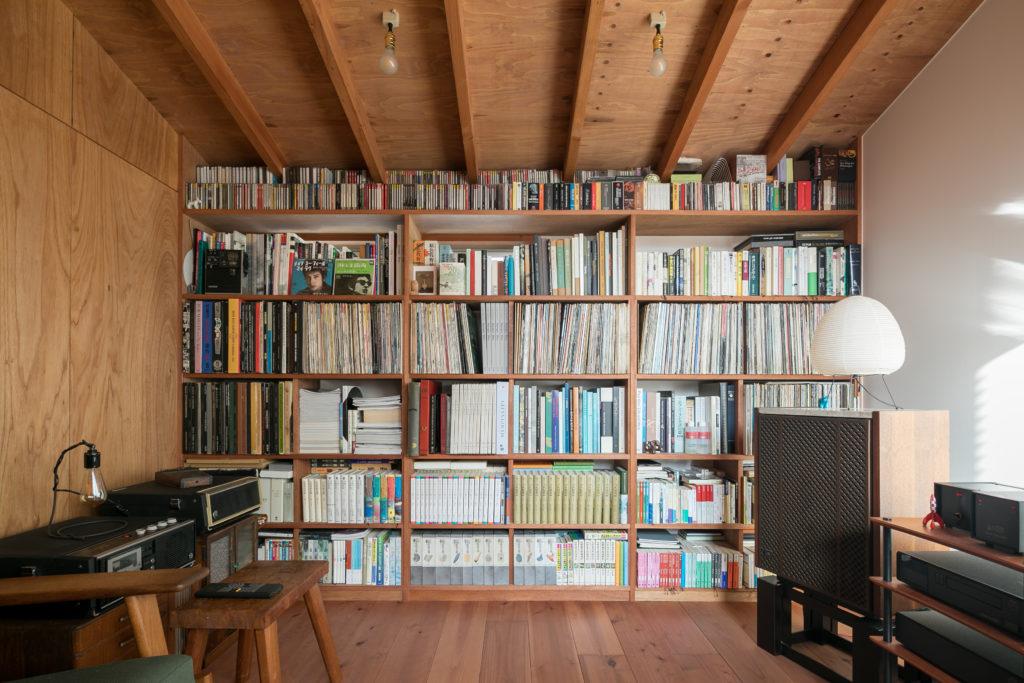 壁一面の本棚。その横にLINNやJBLスピーカー、そしてコロンビアのSP盤を聴けるレコードプレイヤーが柔らかな気持ちの落ち着く音を奏でる。
