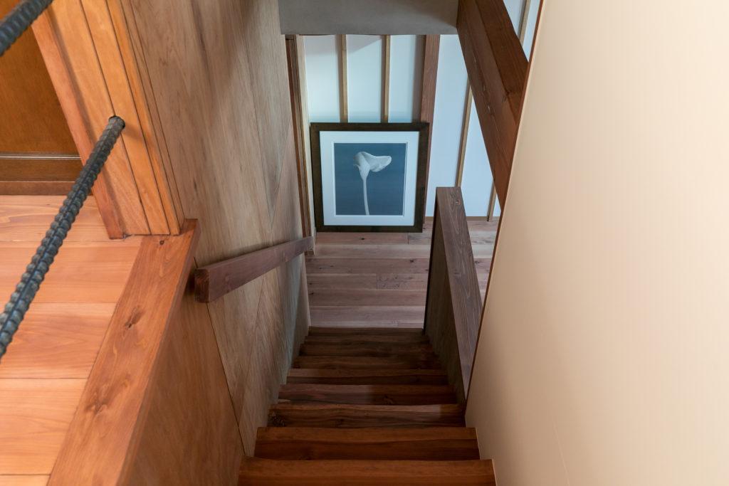 階段の目線の先にメープルソープのリトグラフを飾る。手すりは無骨な異形鉄筋。
