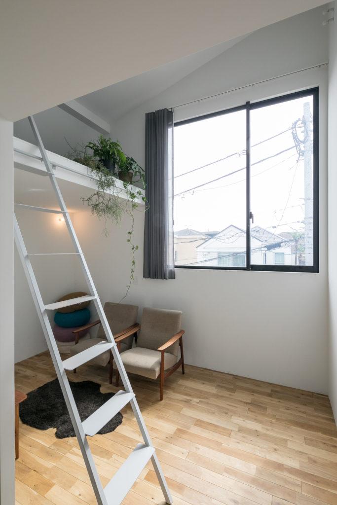 リビングスペースの窓は大きく取るために、ビル用のサッシを入れた。