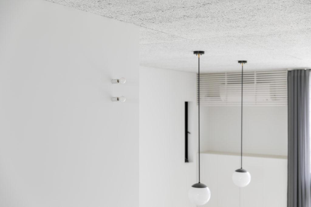 空間が狭くならないよう、照明器具は最低限のものを。電球ソケットは思ったよりも明るく、灯りをつけないときは存在感もさりげない。